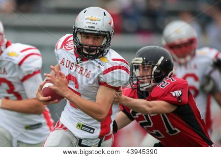 Viena, Áustria, 9 de junho: QB Adrian Platzgummer (#6 Áustria) corre com a bola em 9 de junho de 2012 em V