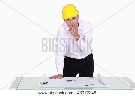 Versonnen Architekt Stand an seinem Schreibtisch