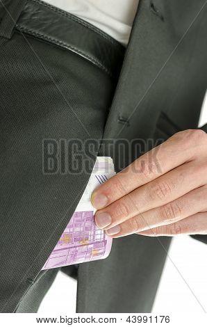 Homem colocando as notas de 500 euros no bolso