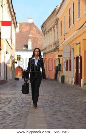 Geschäftsfrau In einer Stadt-Straße