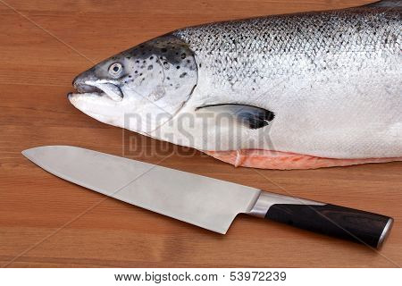 The head of a salmon on a wooden table