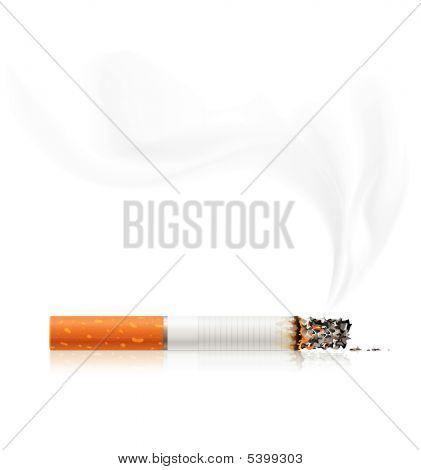 Schwelende Zigarette zu rauchen