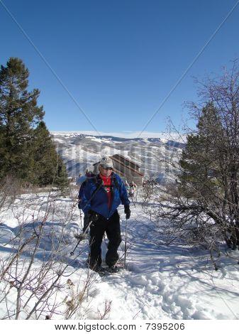 Schneeschuhwanderer Klettern ein schneebedecktes ridge