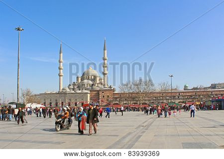 City square near Yeni Cami (The New Mosque) and Egyptian bazaar in Istanbul, Turkey