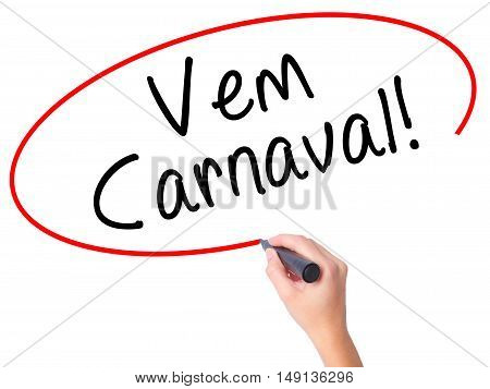 Women Hand Writing Carnival Is Coming (in Portuguese) With Black Marker On Visual Screen