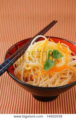 Frite asiáticos com legumes e macarrão