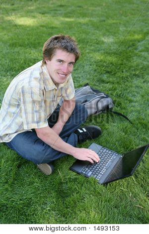 Estudante no computador