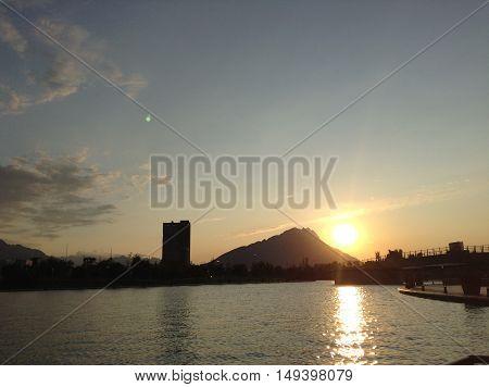 Bello atardecer en la ciudad de Monterrey con el Cerro de la Silla al fondo.