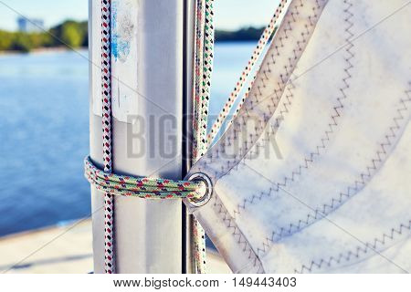 Wrong fixing the mainsail to the mast using the sheets
