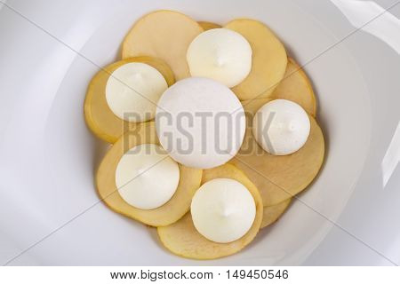 Meringue apple pies with apples on a table