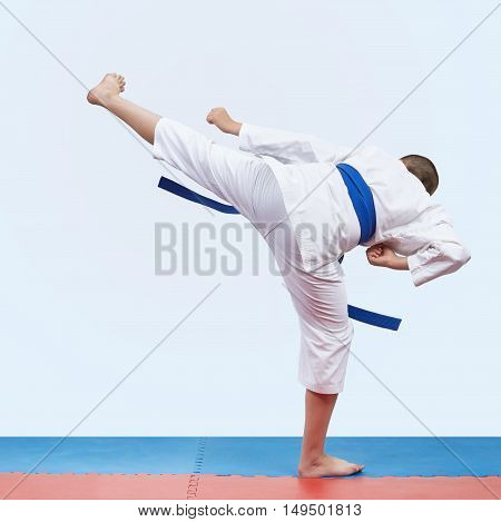 Kick leg athlete is beats  in karategi