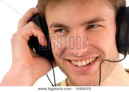 Rapaz em fones de ouvido