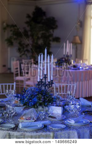 wedding decor on tables flowers blue and violet