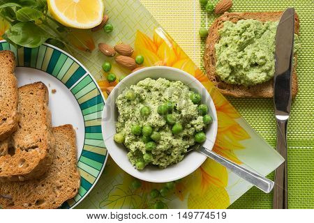 Mousse of peas and almonds spread on toasts