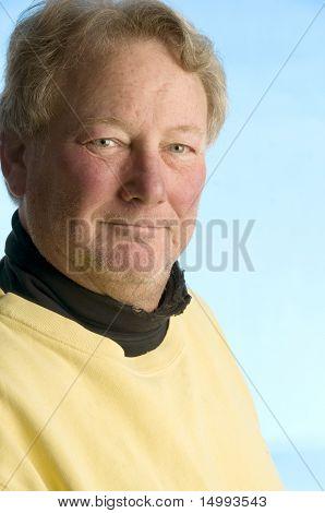 Gut aussehend lächelnd Mittelalter Senior Man getragen Rollkragen-Shirt