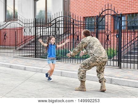 Happy reunion of US army soldier with daughter