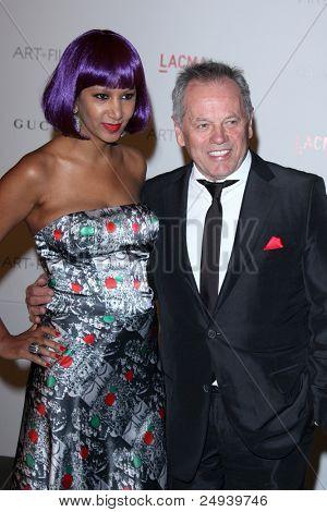 LOS ANGELES - 5 de novembro: Wolfgang Puck e esposa chega no LACMA arte + filme Gala no Museu no Condado de LA