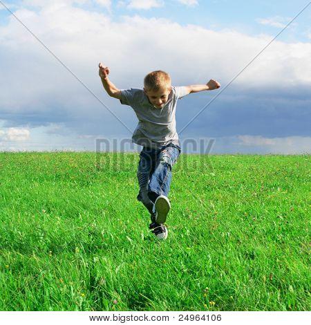 Niño corriendo en el campo.