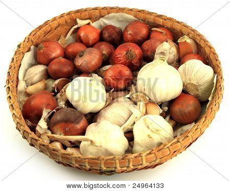 Zwiebel und Knoblauch auf weißem Hintergrund