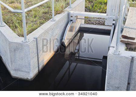 puerta accionada de la zanja de riego en las tierras de labrantío de Colorado