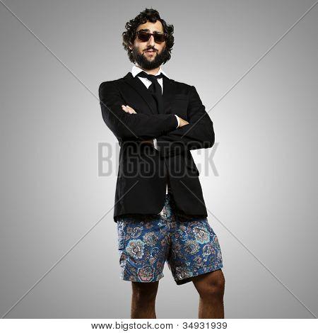 Retrato de un hombre joven con un traje de baño sobre un fondo gris