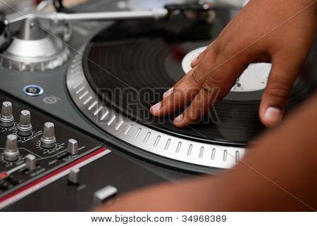 Dj de hip-hop rayar el registro