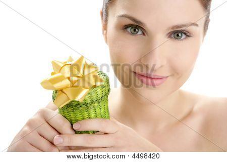 schöne Frau Portrait mit ein Geschenk