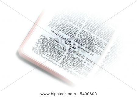 Bíblia aberta a vinheta de romanos