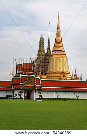 Bangkok's most famous landmark was built 1782. The palace conclud several impressive buildings including Wat Phra Kaeo