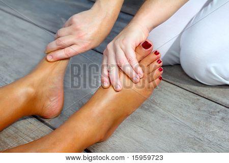 Pés de mulher reflexologia massagem terapêutica ao ar livre