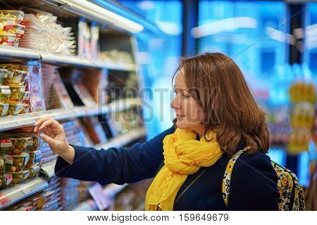 Woman Shopping In A Grocery Store/supermarket