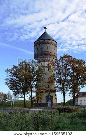 Wasserturm Wahrzeichen in Lippstadt als Denkmal im Herbst