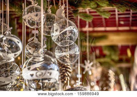Palle di Natale trasparenti al mercatino di Natale di Bolzano