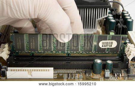Ram-Speicher in Motherboard installieren