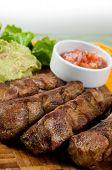 Постер, плакат: Серия Эквадора food: свиные ребрышки с салатом и перец соусом