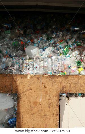 uma estação de reciclagem cheia de garrafas vazias de plástico reciclado