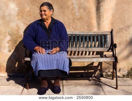 alte Dame in einem griechischen Dorf