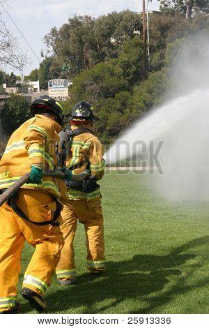 Laguna Beach, ca 19 feb: Feuerwehrmann Rekruten in Aktion während der Brandbekämpfung Bohrer bei der lokalen f