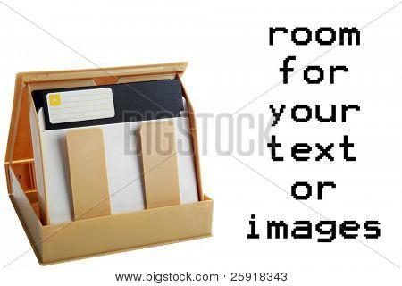 Disco de disquete de 5,25 polegadas e caso isolado no branco com espaço para seu texto ou imagens
