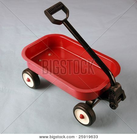 un pequeño carro rojo