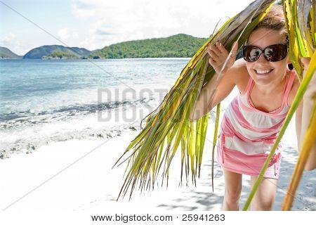 Joven atractiva disfruta día soleado en la playa del Caribe. St Thomas, Islas Vírgenes.