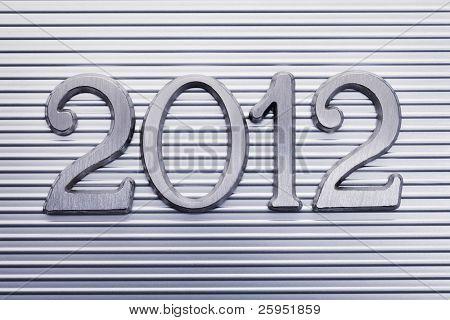 Número 2012 en minúsculas metálico.