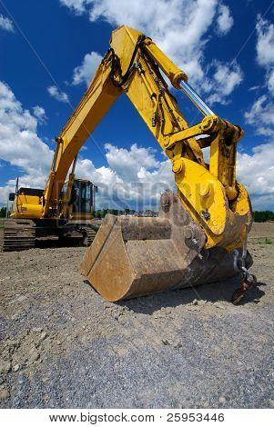 Carregador da parte frontal com um balde grande, em um novo local de construção