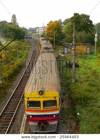 Un tren de color brillantes de arriba en otoño