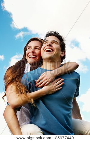 Happy young Couple gegen den Himmel