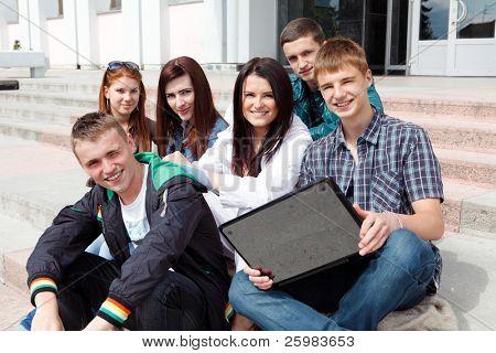 Gruppe von männlichen und weiblichen Studenten in einem akademischen Gebäude
