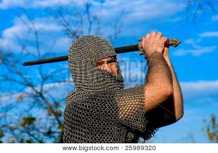 Cavaleiro vestindo armadura e segurar uma espada