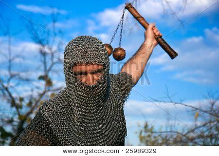 Cavaleiro vestindo armadura e segurar uma arma