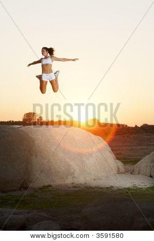 eine Frau springt für Freude