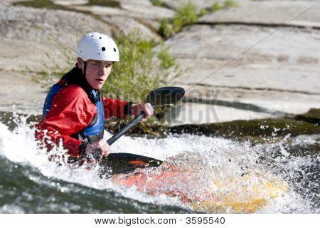 Whitewater Kayaker surfar em uma onda